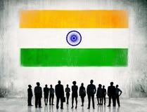 Bandera india y un grupo de hombres de negocios Foto de archivo libre de regalías