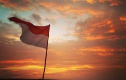 Bandera indonesia antes de la noche Foto de archivo