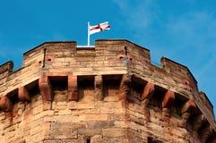 Bandera inglesa en un top del polo de la torre medieval del castillo Fotos de archivo libres de regalías