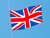 Bandera inglesa en viento contra un cielo Foto de archivo