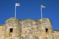 Bandera inglesa y bandera de Lincolnshire en Lincoln Castle Fotografía de archivo libre de regalías