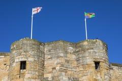 Bandera inglesa y bandera de Lincolnshire en Lincoln Castle Imagenes de archivo