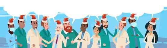 Bandera intermedia de la Feliz Año Nuevo de los doctores Team With Chat Box Wear Santa Claus Hat Merry Christmas And del grupo Imágenes de archivo libres de regalías