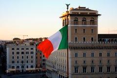 Bandera italiana en el cuadrado de Venezia, en Roma, Italia imagen de archivo