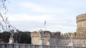 Bandera italiana, Italia existencias Bandera de Italia en la pared del St Angel Castle contra el cielo Vista de la bandera italia almacen de metraje de vídeo