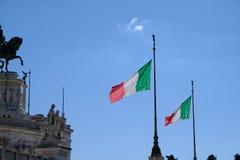 Bandera italiana que agita contra el altar de la patria, Roma imagen de archivo libre de regalías