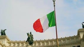 Bandera italiana que agita contra la estatua ecuestre que representa al italiano 4k metrajes