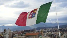 Bandera italiana que agita en el viento en el fondo del paisaje urbano existencias Bandera europea colorida que agita delante de  metrajes