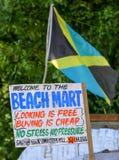 Bandera jamaicana en un mercado de la playa con la muestra Foto de archivo libre de regalías