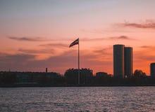 Bandera letona en la puesta del sol fotografía de archivo libre de regalías