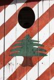 Bandera libanesa pintada en una casa de la seguridad, neumático, Líbano Foto de archivo libre de regalías