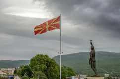 Bandera macedónica con el ` de la epifanía del ` del monumento en Ohrid, Macedonia Fotografía de archivo