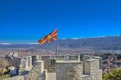 Bandera macedónica en fortaleza del ` s de Samuel en Ohrid, Macedonia Imagenes de archivo