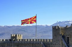 Bandera macedónica en fortaleza del ` s de Samuel en Ohrid, Macedonia Fotografía de archivo libre de regalías