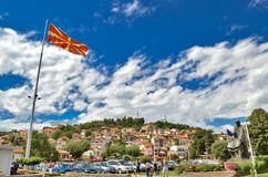 Bandera macedónica en Ohrid, Macedonia Fotos de archivo