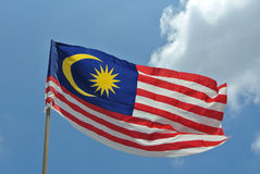 Bandera malasia en aire ventoso Fotos de archivo libres de regalías