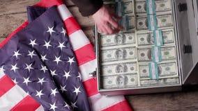 Bandera, maleta y dólares de los E.E.U.U. almacen de metraje de vídeo