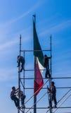Bandera mexicana con los trabajadores Foto de archivo