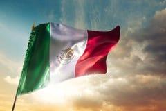 Bandera mexicana contra un cielo brillante, Día de la Independencia, cinco de ma fotografía de archivo libre de regalías