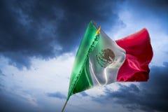 Bandera mexicana contra un cielo brillante, Día de la Independencia, cinco de ma foto de archivo libre de regalías