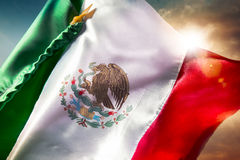 Bandera mexicana contra un cielo brillante, Día de la Independencia, cinco de ma Imagen de archivo