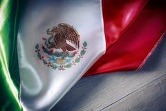 Bandera mexicana contra un fondo de madera, Día de la Independencia, cinc Imagen de archivo libre de regalías