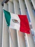 Bandera mexicana delante de la embajada mexicana Imagen de archivo