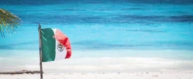 Bandera mexicana en una playa Fotografía de archivo libre de regalías