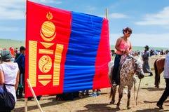 Bandera mongol, carrera de caballos de Nadaam Imagenes de archivo