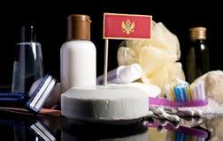Bandera montenegrina en el jabón con todos los productos para la gente Imagen de archivo