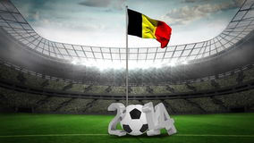 Bandera nacional de Bélgica que agita en asta de bandera con el mensaje 2014 libre illustration