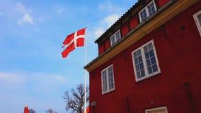 Bandera nacional de Dinamarca en el edificio de embajada superior, misión diplomática, consulado almacen de metraje de vídeo