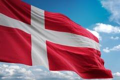 Bandera nacional de Dinamarca que agita el ejemplo realista 3d del fondo del cielo azul libre illustration