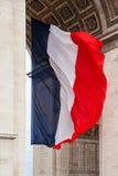 Bandera nacional de Francia con el detalle del arco triunfal, París, franco Imagen de archivo libre de regalías