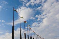 Bandera nacional de Hungría que agita en polo contra fondo profundo del cielo azul fotos de archivo libres de regalías