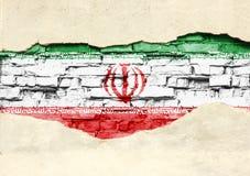 Bandera nacional de Irán en un fondo del ladrillo Pared de ladrillo con yeso, fondo o textura parcialmente destruido ilustración del vector