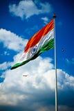 Bandera nacional de la India con el cielo azul, los pájaros y las nubes, Delhi, la India Imagen de archivo
