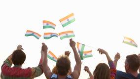 Bandera nacional de la India en manos de la gente almacen de video