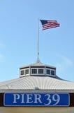 Bandera nacional de los E.E.U.U. en el embarcadero 39 San Francisco CA foto de archivo libre de regalías