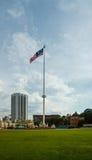 Bandera nacional de Malasia en el cuadrado independiente imagenes de archivo