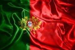 Bandera nacional de Portugal con el escudo de armas que agita en el viento 3D i imagenes de archivo