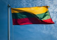 Bandera nacional lituana con el cielo azul en fondo Imagenes de archivo