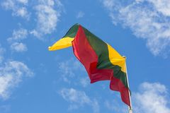 Bandera nacional lituana que agita en el viento contra el cielo nublado azul Fotografía de archivo