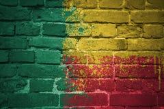 Bandera nacional pintada de Benin en una pared de ladrillo Imagen de archivo libre de regalías