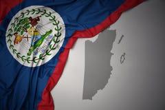 Bandera nacional y mapa coloridos que agitan de Belice fotos de archivo libres de regalías