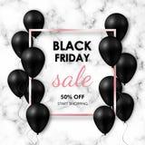 Bandera negra de la venta de viernes Globos negros brillantes en el fondo de mármol con el marco color de rosa del oro fotos de archivo libres de regalías
