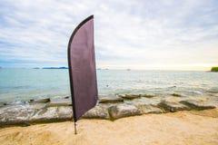 Bandera negra para hacer publicidad en la playa Fotos de archivo