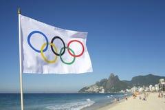 Bandera olímpica que vuela a Rio de Janeiro Brazil Fotos de archivo