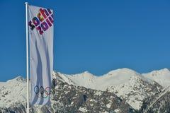 Bandera olímpica sobre las montañas nevosas Imágenes de archivo libres de regalías