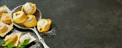Bandera panorámica con las pastas frescas del tortellini fotos de archivo